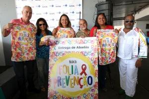 Secretaria da Saúde do Estado da Bahia em parceria com diversas organizações da sociedade civil entregam abadás para o bloco 'Folia e Prevenção' que faz incentivo ao uso de camisinha durante o carnaval. Foto: Camila Souza/GOVBA